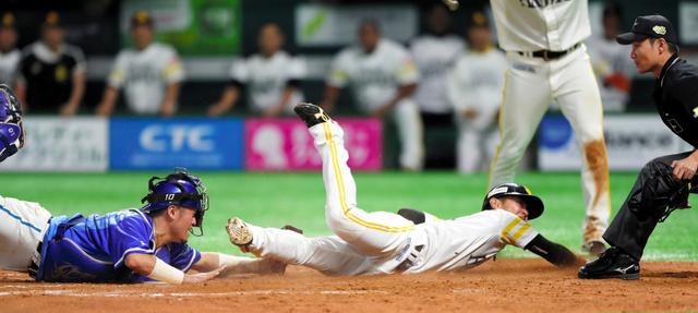 今年の日本シリーズ第2戦、七回裏ソフトバンク2死満塁、中村晃の右前適時打で三塁走者に続き、二塁走者今宮が逆転の生還。捕手戸柱。リプレー検証の結果、セーフに