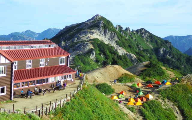 燕岳山頂。手前は燕山荘とテント場。燕山荘から山頂までは30分ほどだ