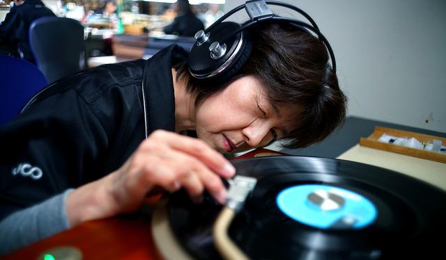 レコード盤に針がきちんと接しているかどうかを見極める。「朝見えていたものが、夕方にはぼけて見える」ほど目が疲れるという=兵庫県新温泉町、郭允撮影