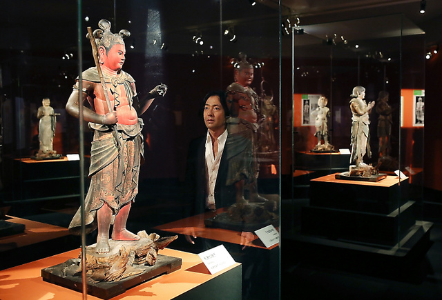 「これはすごいわ」と八大童子立像の制多伽童子像(国宝)に見入る秋川雅史さん=飯塚悟撮影