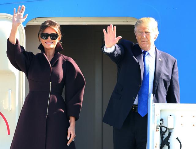 米軍横田基地から韓国に出発するトランプ米大統領とメラニア夫人=7日午前10時1分、長島一浩撮影