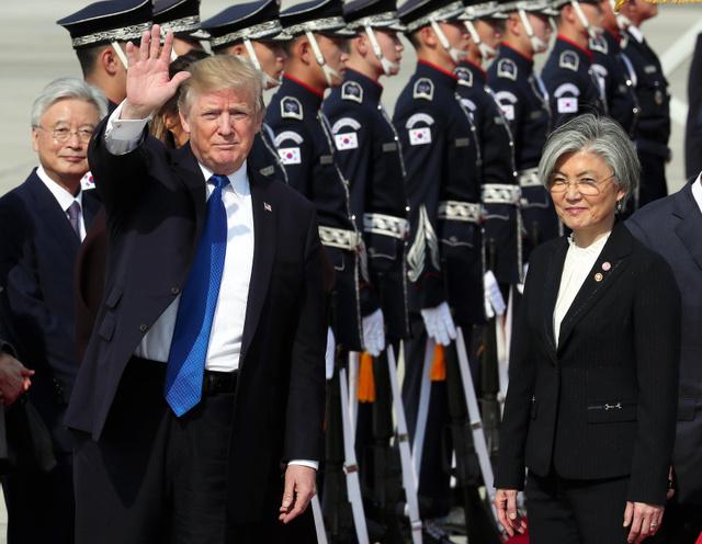 7日、韓国に到着したトランプ米大統領。康京和外相(右)らが出迎えた=韓国・京畿道平沢、韓国文化体育観光省提供