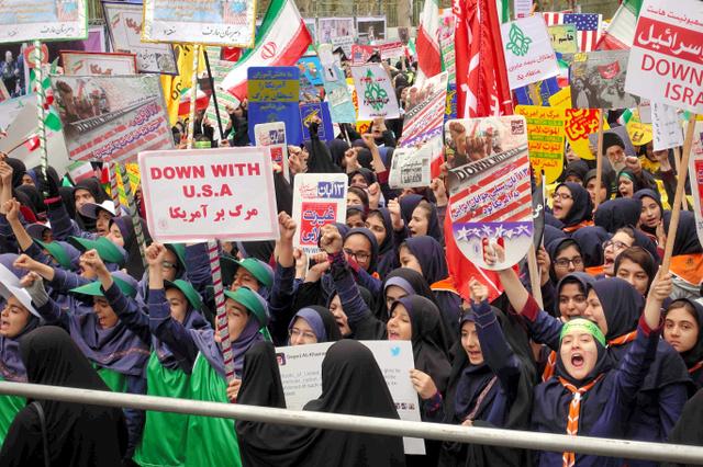 「米国に死を!」と叫びながら、反米デモに参加する学生ら=4日、テヘラン市内、杉崎慎弥撮影