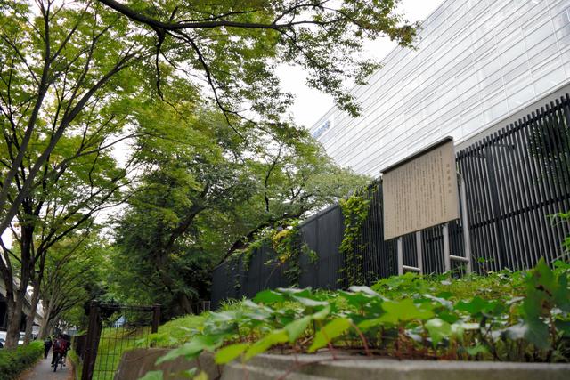 明大和泉キャンパスの正門横にある「塩硝蔵地跡」の案内板=東京都杉並区永福1丁目