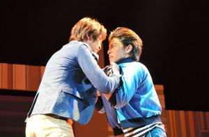 主人公の恩田百太郎(右)とその幼なじみ神崎仁。時に衝突しながら、介護を巡る難問の解決に挑む=「ヘルプマン!舞台版・監査編」から