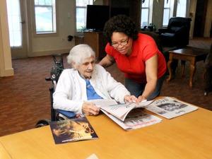 自宅で家族といるように 高齢者の「我が家」、米で急増