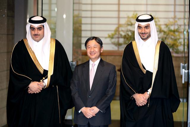 カタールの王族、シェイク・ハマド氏(左)とシェイク・スヘイム氏を出迎える皇太子さま=9日午後5時、東京・元赤坂の東宮御所、嶋田達也撮影
