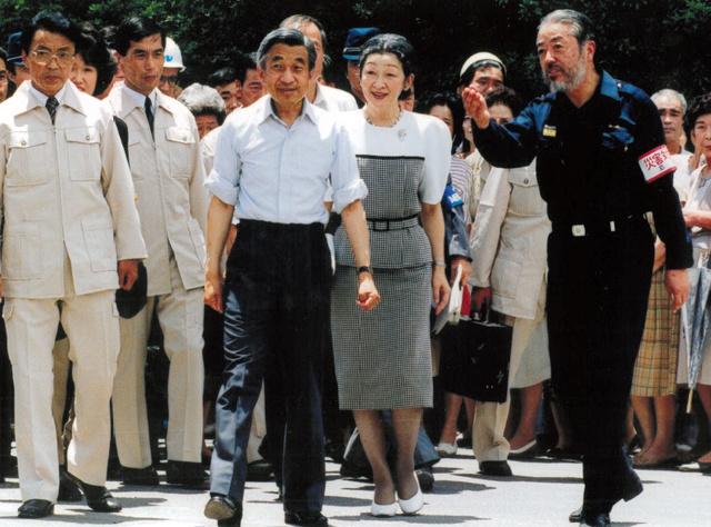 両陛下を案内する鐘ケ江管一さん(右、1991年7月10日、長崎県島原市、鐘ケ江さん提供)