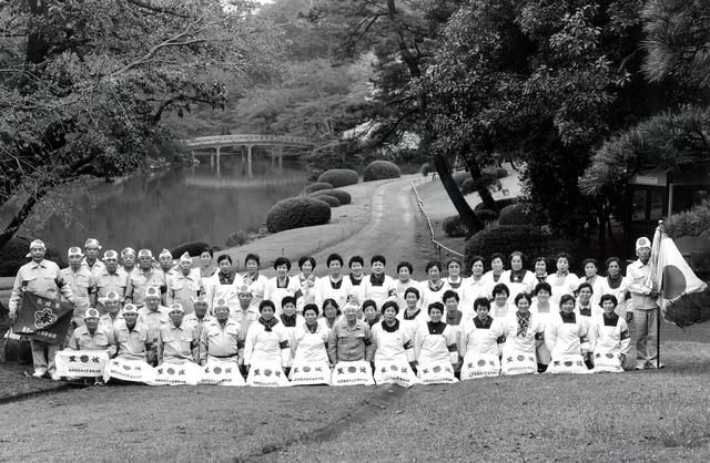 東京・赤坂御用地での勤労奉仕に参加し、記念写真におさまる元島和男さん(手前中央)ら(1998年ごろ、家族提供)