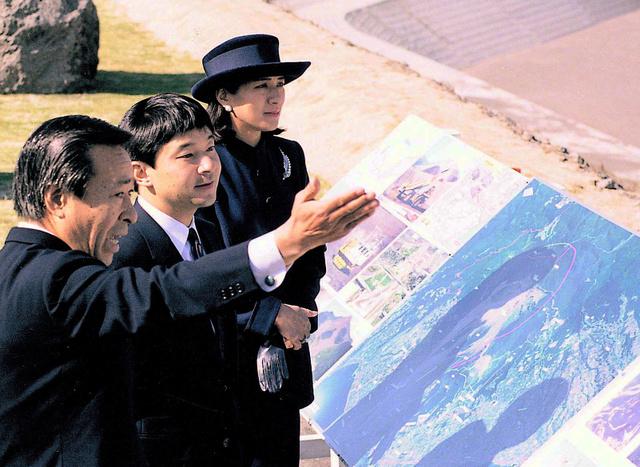 被災地を訪れ、復興状況について説明を受ける皇太子ご夫妻=1996年11月、長崎県島原市提供