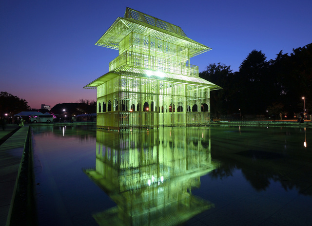 かつて寛永寺にあったとされる山門を模した楼閣が出現した=10日午後、東京・上野、小玉重隆撮影