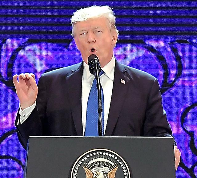 ベトナム中部ダナンで10日、演説するトランプ米大統領=AFP時事