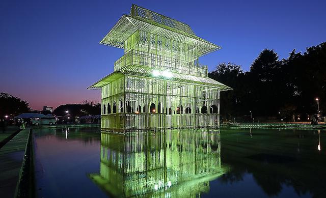 かつて寛永寺にあったとされる山門を模した楼閣が出現した=10日午後、東京・上野