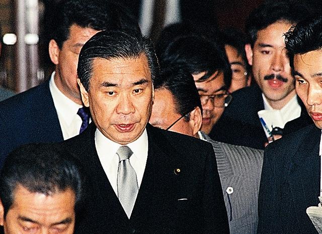 首相番の記者たちとともに歩く羽田孜首相=1994年4月、首相官邸