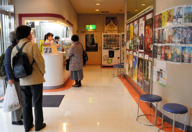 映画のポスターやチラシがびっしり貼られた下高井戸シネマのロビー=東京都世田谷区松原