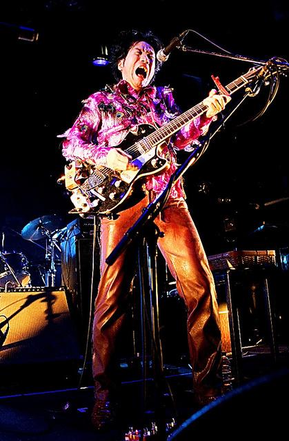 2006年、ステージで熱唱する遠藤賢司