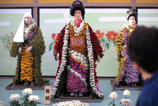 来場者の目を楽しませている菊人形=二本松市の県立霞ケ城公園、三浦英之撮影