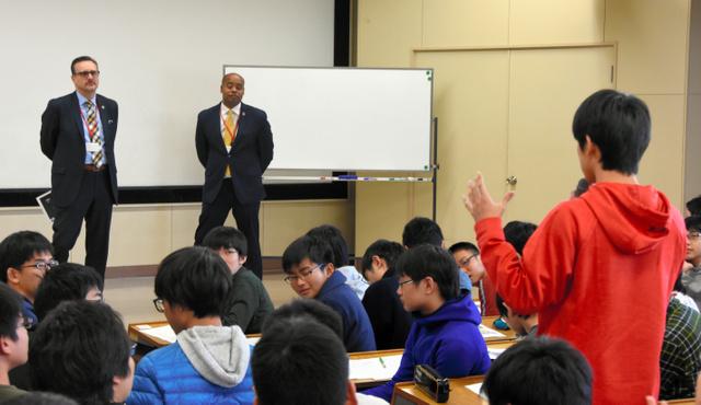 宇宙望遠鏡の開発者らに質問する生徒=神戸市東灘区の灘中学・高校