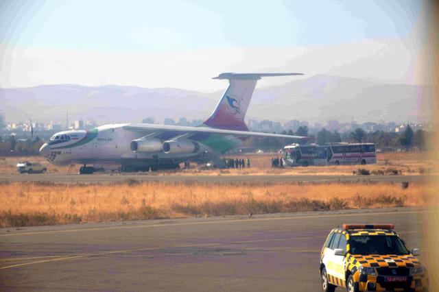 震源に近いイラン西部ケルマンシャー州の空港では、地震の負傷者を首都テヘランの病院に運ぶチャーター機が用意されていた=13日、杉崎慎弥撮影