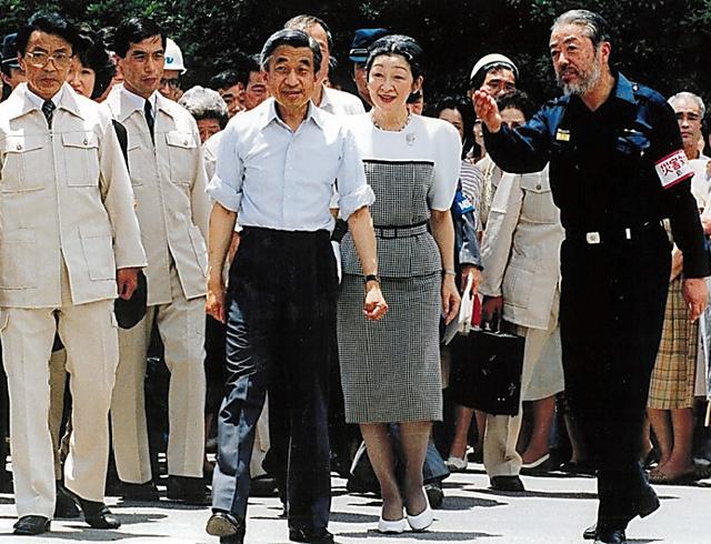 両陛下を案内する鐘ケ江管一さん(右)=1991年7月10日、長崎県島原市、鐘ケ江さん提供