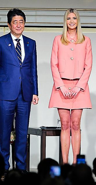 「国際女性会議WAW!」に出席したイバンカ・トランプ氏(右)と安倍首相=3日、東京都港区