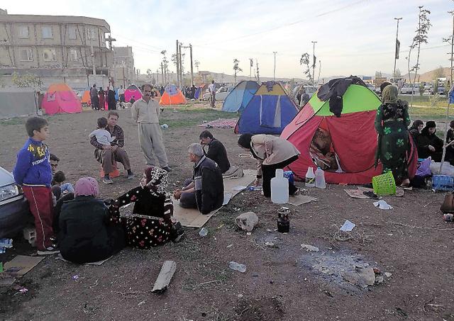 イラン西部サレポレザハブで13日、家を失った被災者たちが、テントを張るなどして寒さをしのぎながら避難生活を送っていた