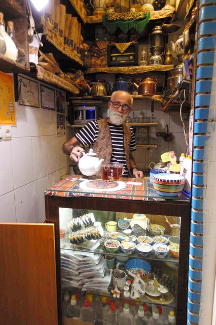 4平方メートル足らずの店内で紅茶をいれるマブフティアンさん=テヘラン市内、杉崎慎弥撮影