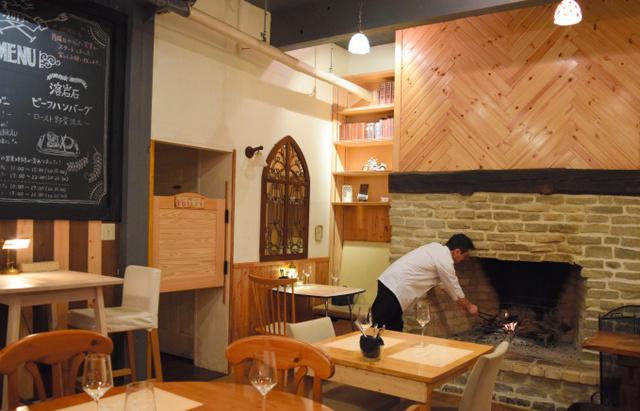 ディナー時間が迫り火をおこす。暖炉前のテーブルは少し暑いが特等席だ=東京都杉並区下高井戸