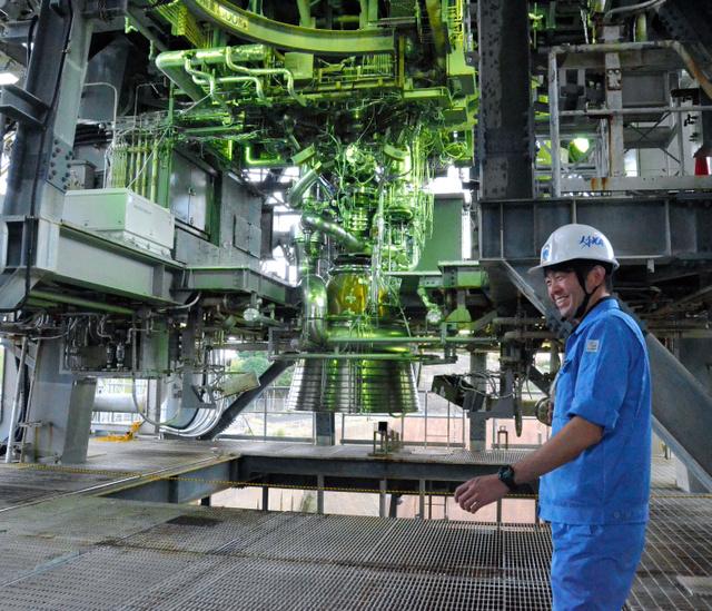 燃焼試験場に据え付けられた新型エンジン「LE―9」の試験機(中央)=鹿児島県の種子島宇宙センター