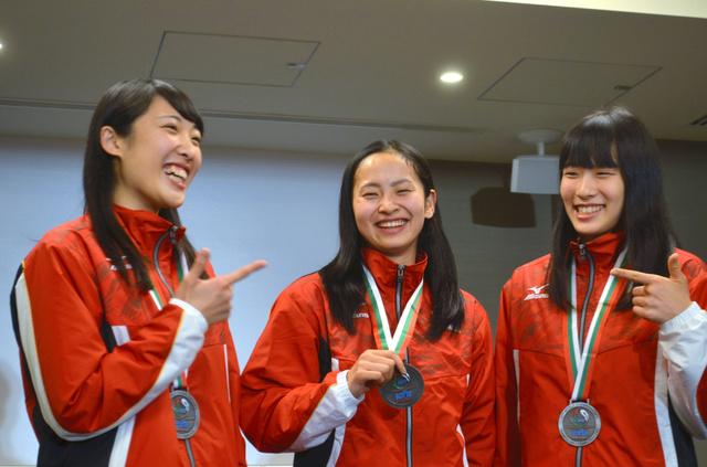 記者会見後、笑顔を見せる女子個人銀メダルの岸彩乃(中央)。女子シンクロナイズド銀メダルの森ひかる(左)と高木裕美(右)も笑顔がはじけた