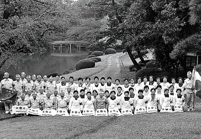 東京・赤坂御用地での勤労奉仕に参加し、記念写真におさまる元島和男さん(手前中央)ら=1998年ごろ、家族提供