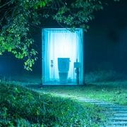緑の中にぽつんと公衆トイレ 200平米の緑地独り占め