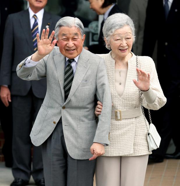 与論空港に到着した天皇、皇后両陛下=17日午前11時31分、鹿児島県与論町、金子淳撮影