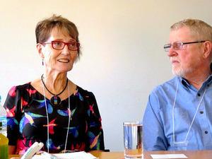 インタビューに答えるクリスティーン・ブライデンさん(左)と、夫のポールさん。2017年4月に京都市で開かれた認知症国際会議に参加した=京都市