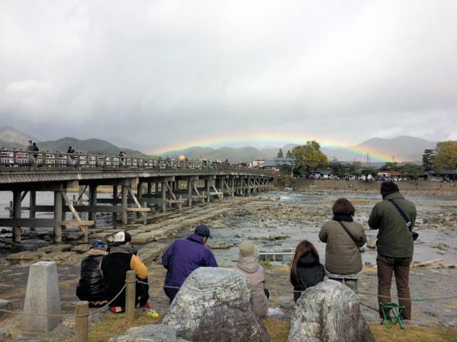渡月橋に虹がかかった=19日午前11時半過ぎ、京都・嵐山