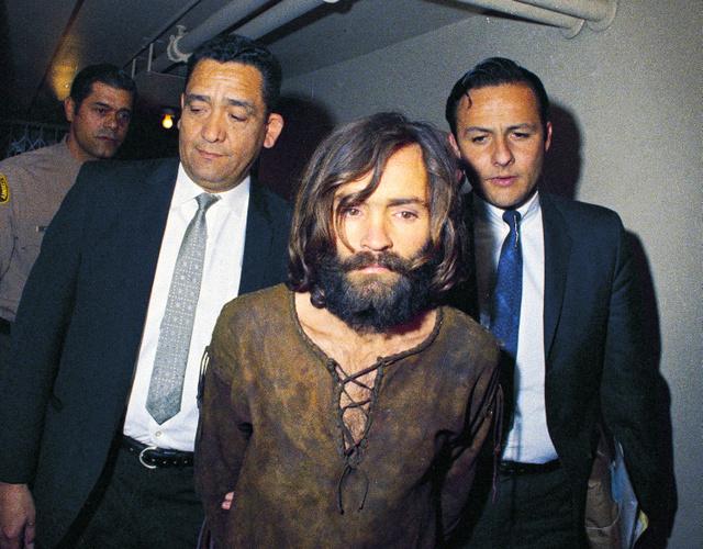 1969年、シャロン・テート氏の殺人事件に関して拘束された際のチャールズ・マンソン受刑者=AP