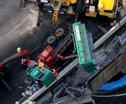 首都高でダンプが側壁に衝突、横転 運転手の死亡確認