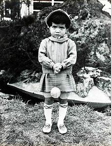 3歳のころの森昌子さん。人見知りがひどく、内向的だったという=おんがく工房提供