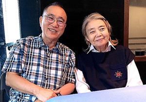 企画・解説の亀渕昭信さん(左)と語りの樹木希林さん