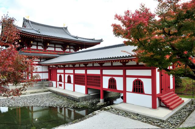鳳凰堂の中堂(奥)からのびる尾廊=京都府宇治市の平等院