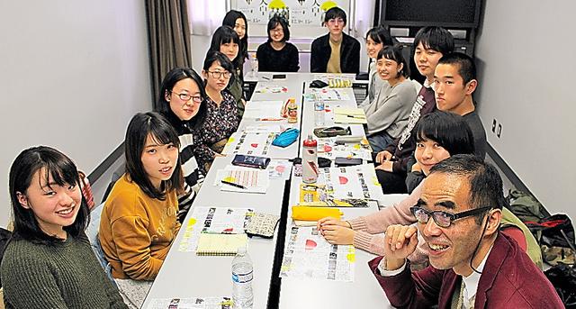 日本大学芸術学部映画学科の学生と古賀太教授(右手前)=東京都練馬区