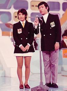 「スター誕生!」では都はるみさんの「涙の連絡船」を歌った。右は司会の萩本欽一さん=日本テレビ提供