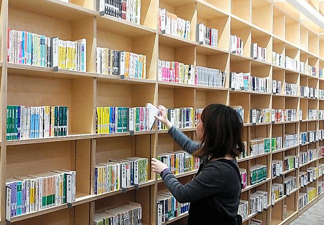 荒川区立中央図書館の文庫コーナー=東京都