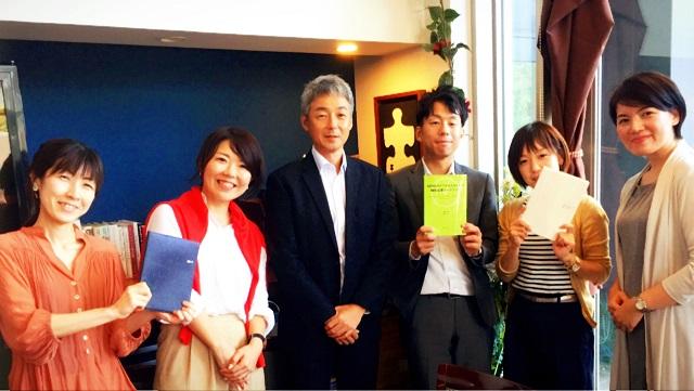 高梨社長(左から3人目)と筆者(同2人目)ら=福岡市内で