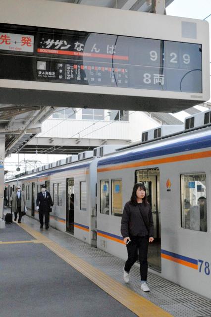 運転再開した特急「サザン」に乗り込む乗客ら=南海電鉄和歌山市駅