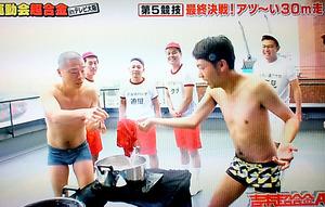 鍋から熱湯に浸ったシャツを取り出すアキナの秋山賢太(右)と山名文和=19日深夜の放送から
