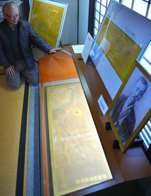 公開された「京神間鉄道線図」。右側の肖像は九鬼隆範=旧九鬼家住宅資料館