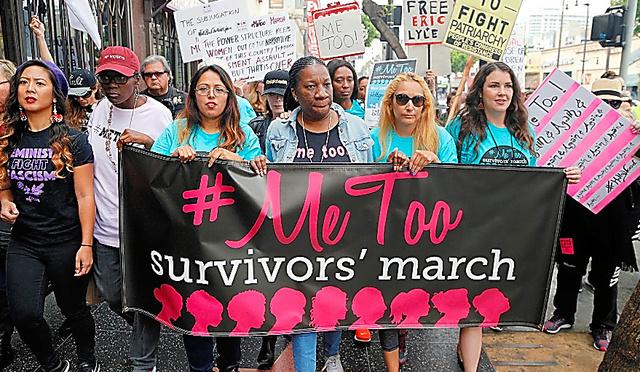 米ハリウッドで12日あった、性的暴行やセクハラに抗議するデモ行進。「#Me Too(私も)」という横断幕を掲げた女性たちが街を歩いた=AP