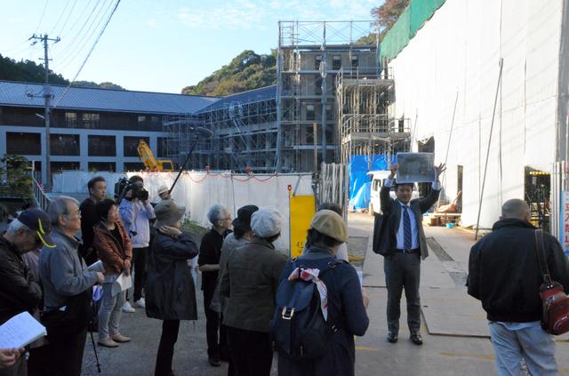 「エクレシア南伊豆」の工事中の建物を見学する杉並区民ら=静岡県南伊豆町