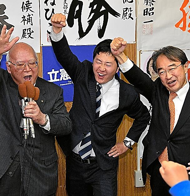 名古屋市議補選で当選し、次の選挙に向けて「がんばろう」と拳を突き上げる立憲民主党の国政直記氏(中央)。市議会で1人会派「立憲民主党名古屋」を立ち上げた=11月19日、同市東区、小川智撮影